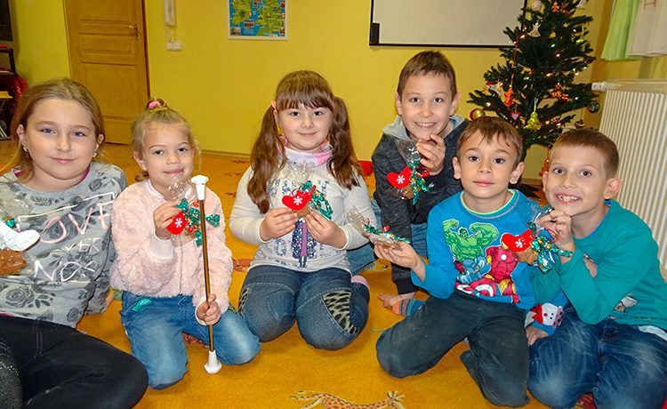 Alsó tagozatos kisdiákok középhaladó csoportja. Már ismerik a legfontosabb színeket, a számokat 1-50-ig, főbb állatokat, a mindennap használatos igéket. Az idén a sima jelen időt és a folyamatos jelen időt tanuljuk sok dallal, játékkal fűszerezve. (Present Simple és Present Continuous)