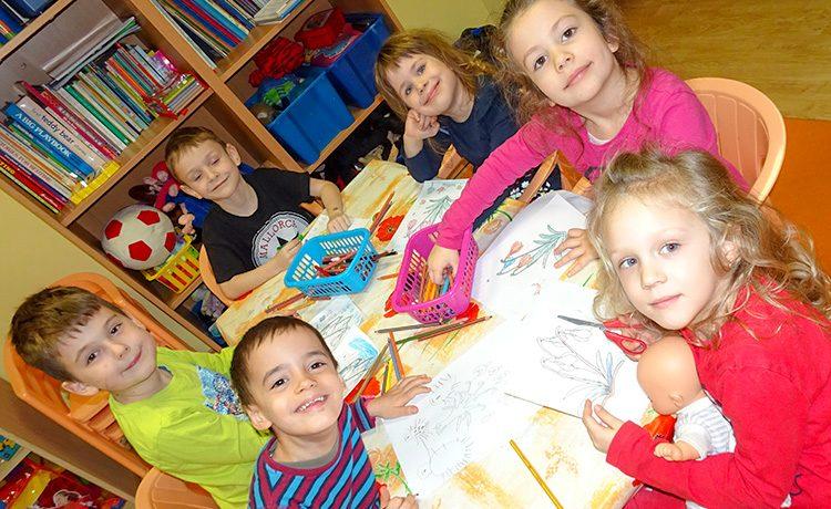 Vegyes korosztályú ovis gyerekek, akik sok ének, mondóka, körjáték és játék segítségével ismerkednek az angol nyelvvel.