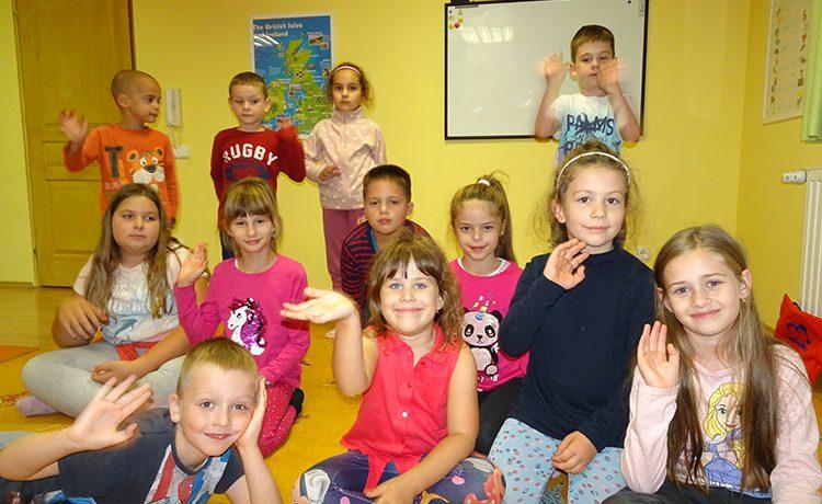 Teljesen kezdő első és másodikos kisiskolások csoportja, akik most ismerkednek az angol nyelvvel.
